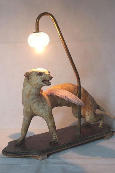 Fouine, Cabinet de curiosité, fouine ailée. Recyclage animal empaillé et dépoilée, avec plumes et verrerie.