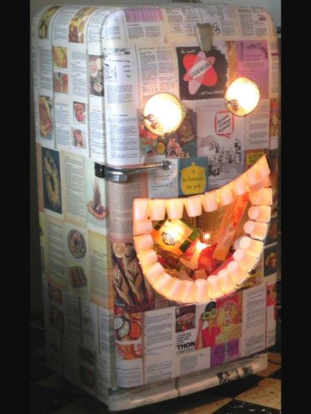 Frigoglouton. Sculpture frigidaire détourné. Tapissé de recettes de cuisine. Jeux en bol et bouche béante sur des emballages, dents en pots de yaourt.