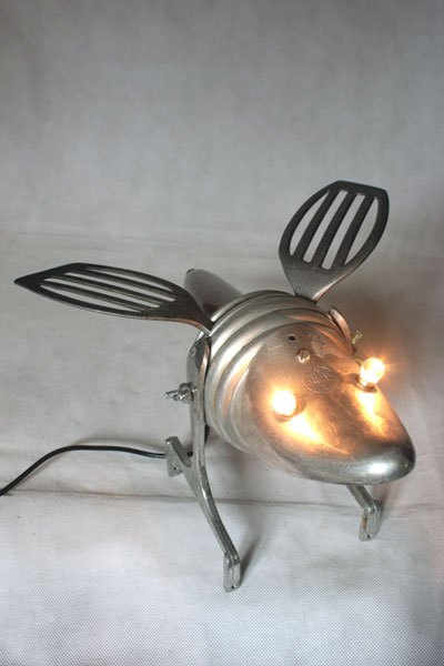 Insectalu6. Insecte par assemblage d'objets en alu. Composition: embauchoir, coupe de sport, filtre et ustensiles de cuisine. Recyclage et détournement lumineux.