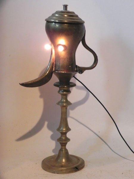 Laitor. Sculpture théière orientale détournée. Assemblée à un couvercle et un bougeoir. Lampe.