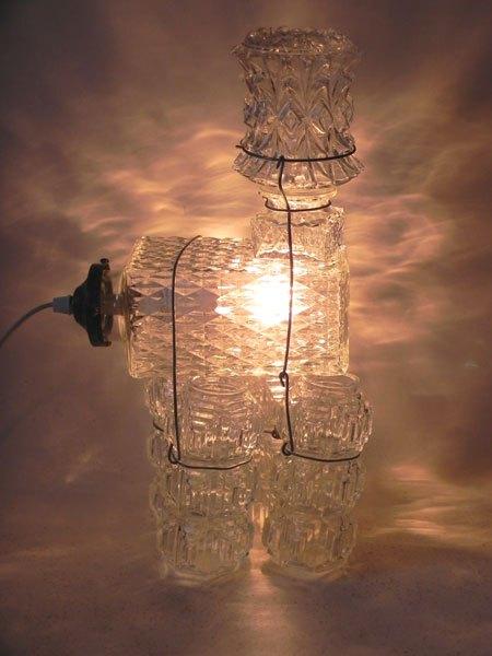 Lustrou. Sculpture animal avec verrerie, détournement 5 verrerie d'éclairage et un flacon à whisky. Lampe à 4 pattes.