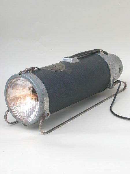 Luxelectro. Détournement d'un aspirateur traineau avec un optique de voiture. Lampe de plancher.