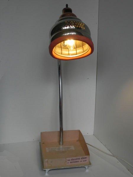 Mammaire. Lampe massage mammaire, détournement et recyclage lumineux. Assemblage avec sa boite en carton d'origine.