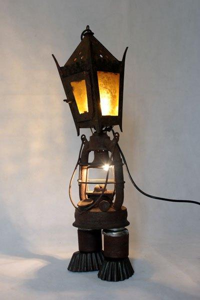 Orkan1. Détournement lanterne à bougie et à pétrole, pièces mécanique et moules à gâteaux. Assemblage métal rouillé, acier, verre.