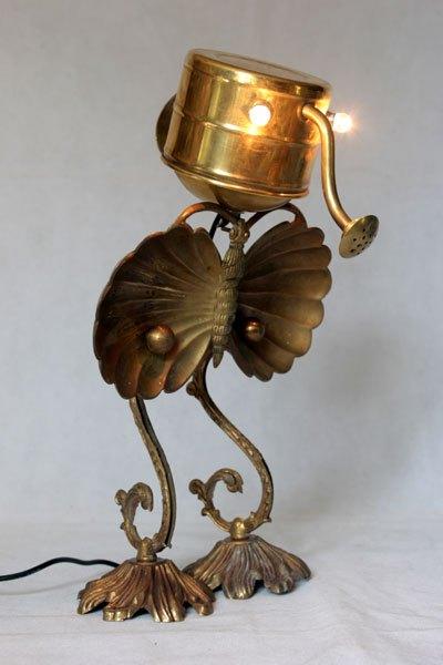 Papiton2. Animal en laiton, assemblage d'un arrosoir. assiette apéro en forme de papillon, pavillon et branche d'applique.