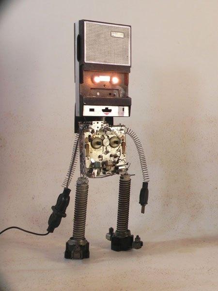 """Philipsband. Robot magnéto lumineux. Lecteur de cassette """"philips"""" démonté et recomposé, avec des éléments de radiateur, et 2 fiches électriques."""