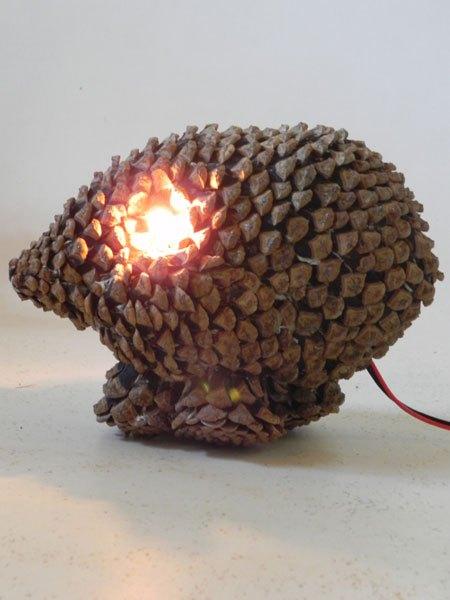 Pinron. Sculpture animal improbable en pommes de pin démontées et recomposées. Lampe.