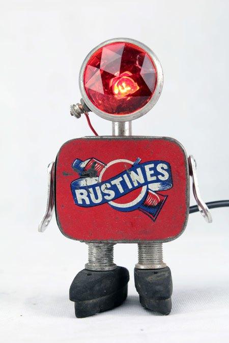 Rustines. Sculpture robot vélo. métal peint, aluminium, verre, gomme. assemblage: optique de vélo, boite de rustine, freins.