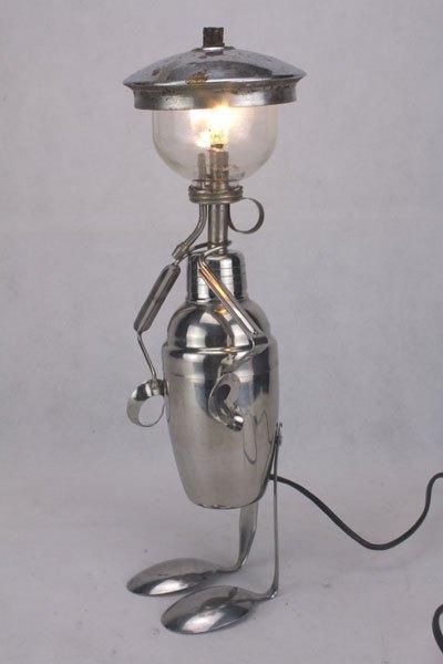 Shakom. Personnage lumineux avec shaker, vaporisateur en verre, pince à escargot, couvercle, cuillères.