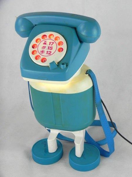 Skippy. Robot téléphone bleu, lampe. Détournement de jouet, avec une gourde et des bouchons. Plastique.