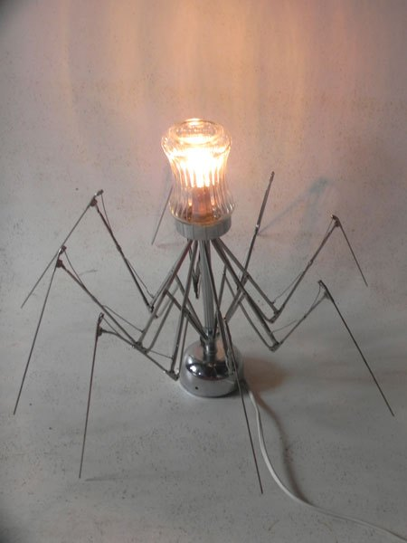 Spiderglas. Sculpture lumineuse araignée parapluie avec un sucrier.