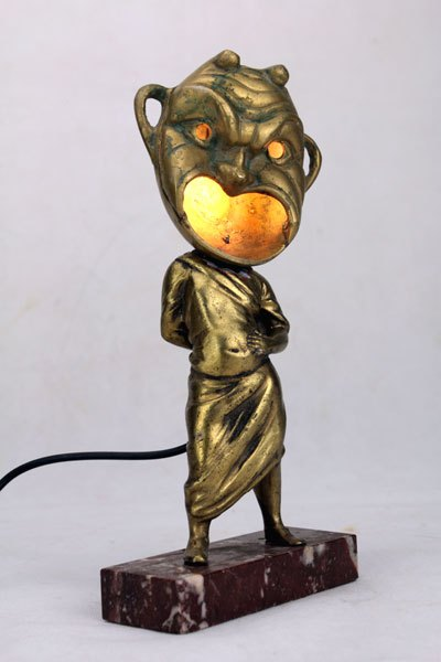 Stamasq. Sculpture assemblage objets de décoration. Assemblage d'une statue et d'un cendrier.
