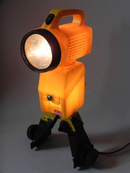 Super25. Robot jaune avec lampe torche, porte galerie de voiture, boitier de batterie. Détournement d'objets. Recyclage lumineux.