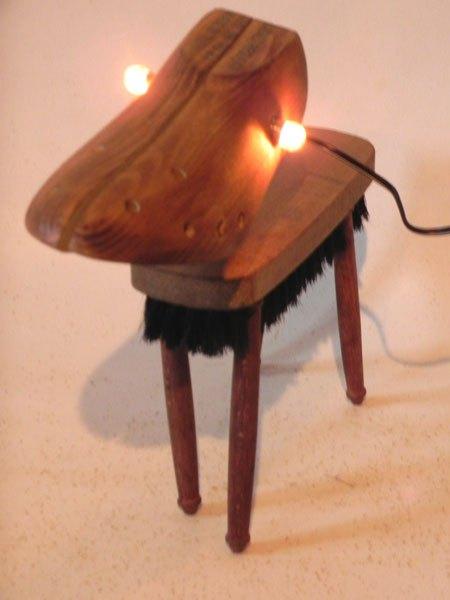 Toulad. Chien lumineux en bois embauchoir et brosse. Assemblage d'un embauchoir, une brosse et quatres manches de fourchette à fondue.