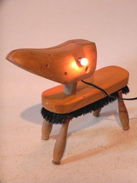 Tousap. Assemblage lumineux chien avec embauchoir, brosse et quatre manches de fourchettes. Sculpture, détournement, recyclage.