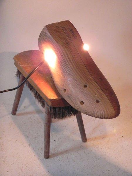 Toutall. Sculpture détournement d'objets en bois. Assemblage d'un embauchoir, d'une brosse et quatre manches de fourchette à fondue. Sculpture chien, lumière