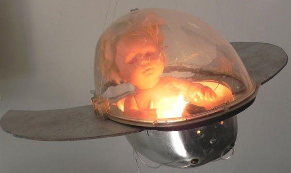 Vaissab. Vaisseau rétrofuturisme assemblage d'un lampadaire urbain et d'une poupée aux yeux rouges.