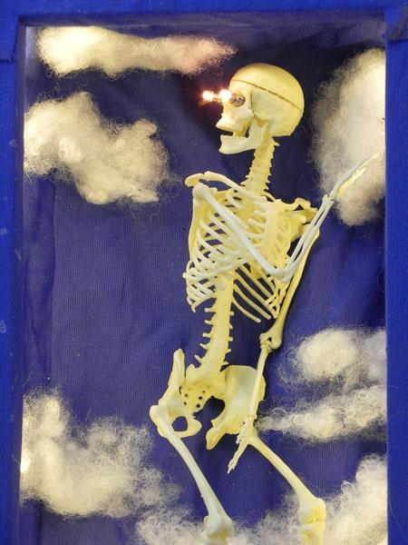 Anatomme. Boite de jeux d'anatomie détournée. Applique lumineuse paysage ciel. Coton gratté bleu, ouate synthétique, carton, plastique, textile, ouate,