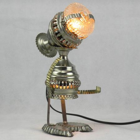 Ferverre. Détournement d'objets décoratifs, assemblage de deux paniers en métal, un verre de bougeoir et deux mini moules à gâteaux.