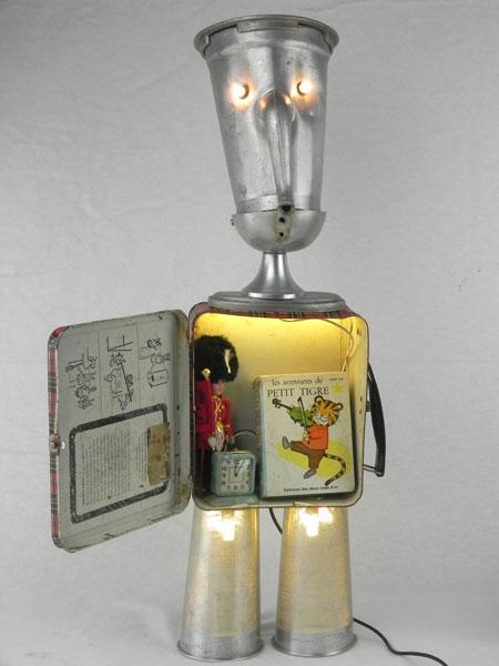Safety. Personnage alu lumineux cafetière et histoire. Assemblage d'une cafetière, une boite en métal écossaise, une louche, un couvercle, 2 filtres spiromix, un mini livre, une poupée, un mini réveil.