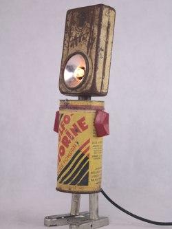Sculpture objets détournés lampe et médocs