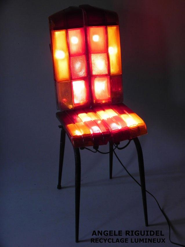 Sculpture chaise lumineuse, assemblage de feu arrière de voitures.