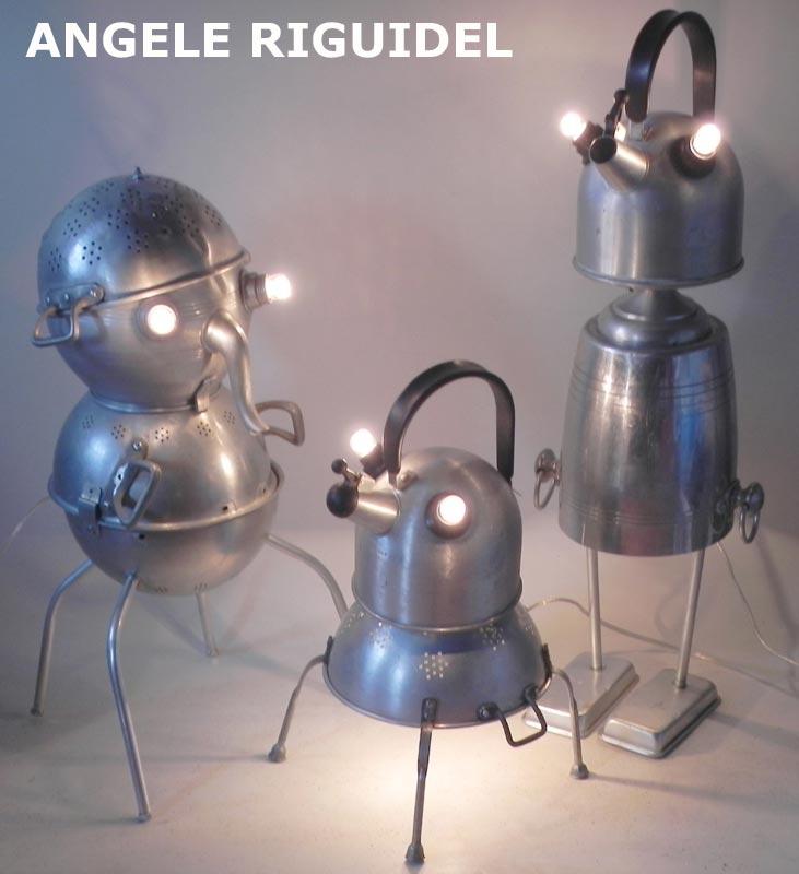 personnages avec des gamelles en aluminium. Lampes