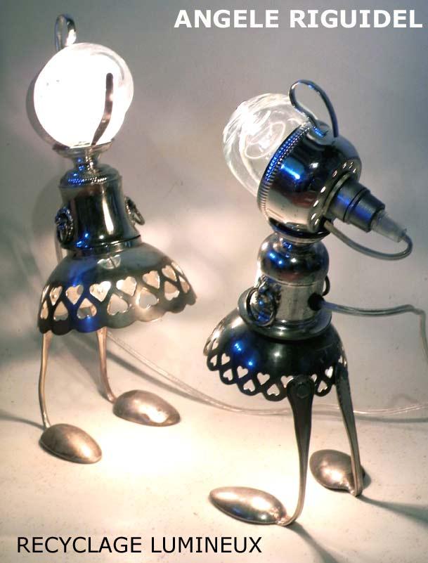 personnages féminins avec argenterie et verre. Sculpture lampe