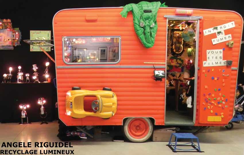 Caravane Gam'In, rouge, assemblage de jouets, univers ludique et festif. Installation