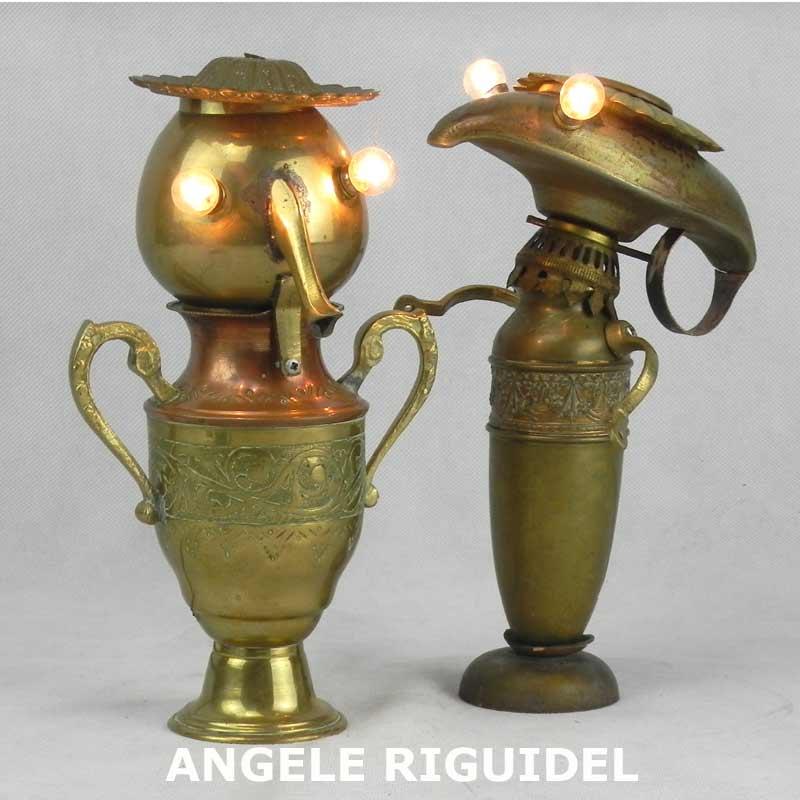 Sculptures assemblage d'objets. Robots lampes en laiton et cuivre. Pot, théière, lampe à huile, vase, bec de gaz.