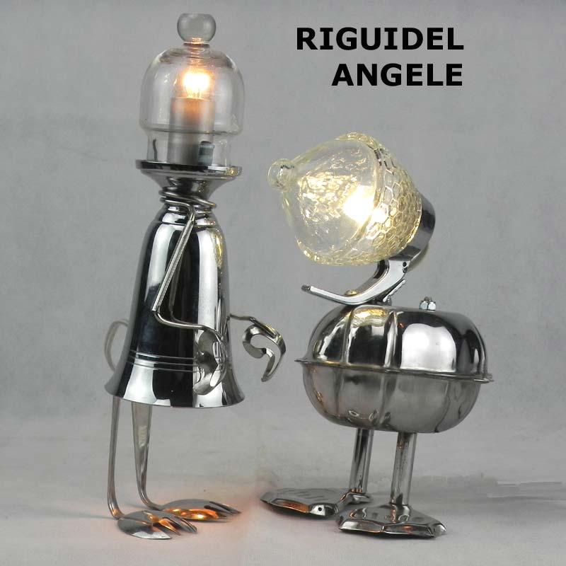 Sculptures assemblage d'objets. Robots lampes en inox et verre. Métal chromé. Coupe de sport, ventouse, sucrier, pince à escargot, ramequin fourchette.