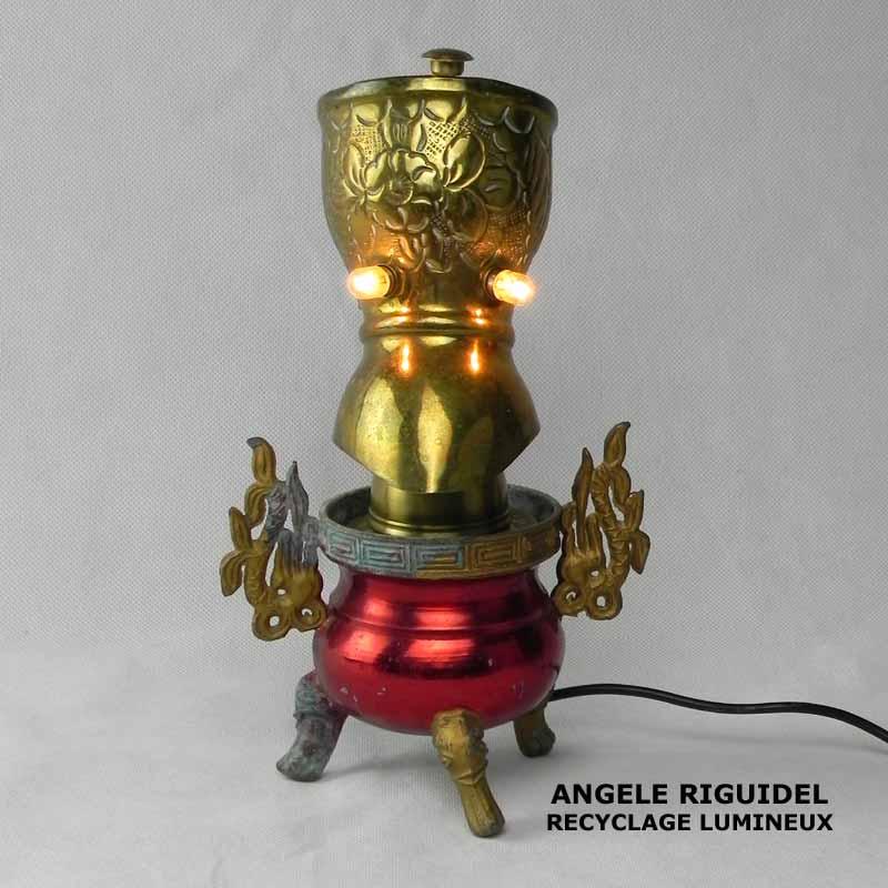 Sculpture assemblage d'objets. Personnages lumineux avec des ailes. laiton et rouge. Oriental, lampe.