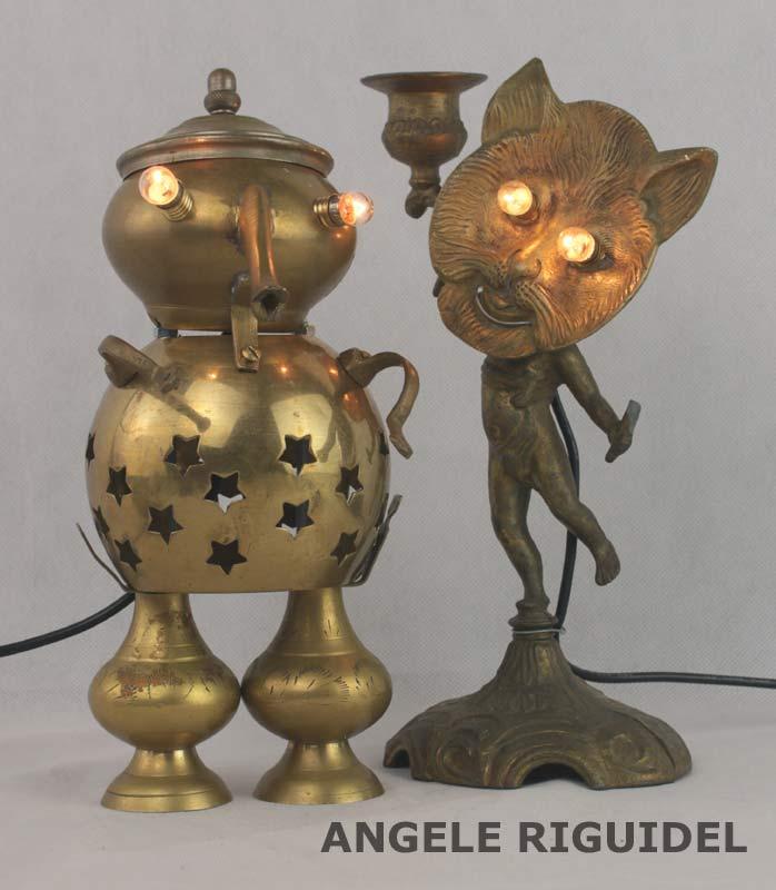 Sculpture personnages lumineux. Art de de la table, bougeoir, cendrier, théière... Assemblage d'objets en laiton.