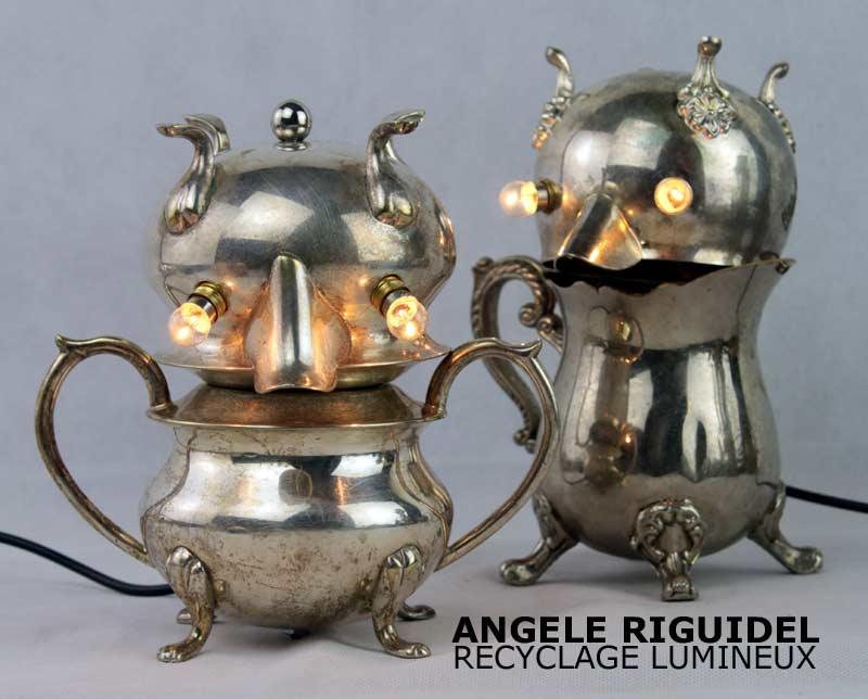 Sculpture assemblage d'objets détournés, robots en argent, personnages service à café. Lampe.