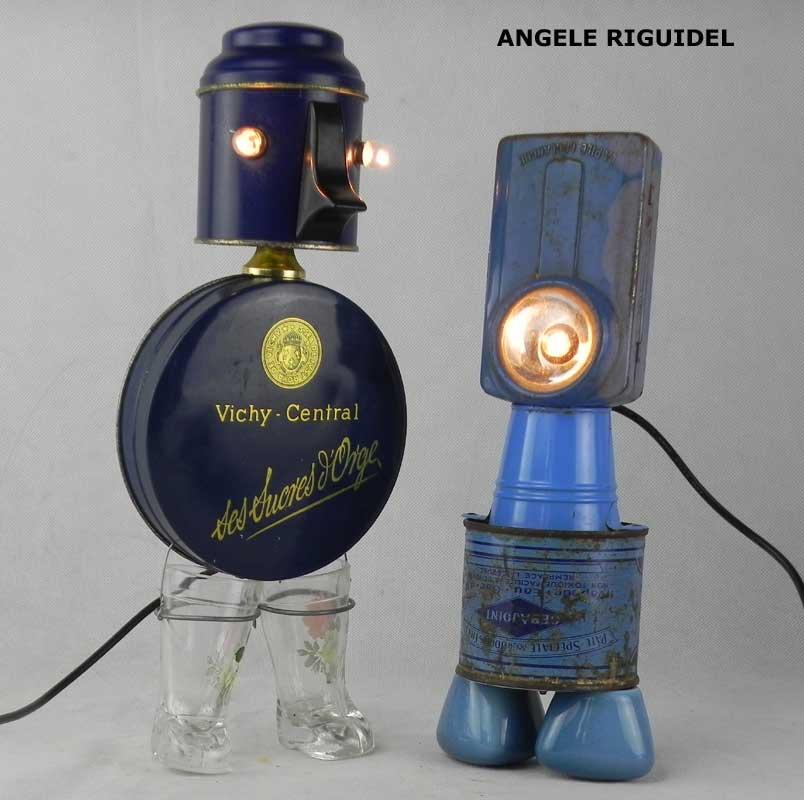 Sculpture personnage objets détournés, bleu, boite en métal, verres bottes, lampe de poche, poignées de robinet, sucres d'orge