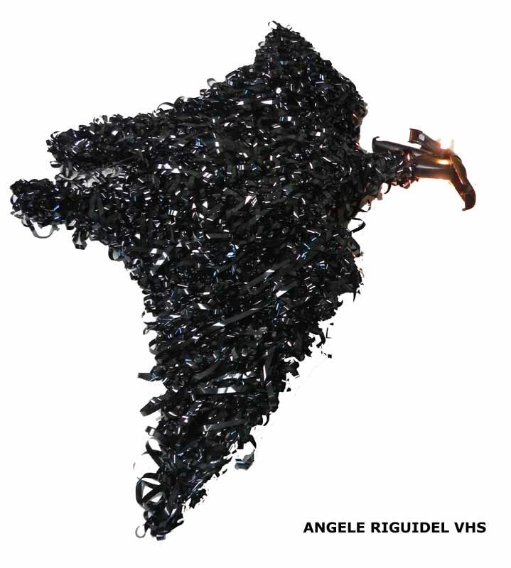 sculpture oiseau géant en bande magnétique noir