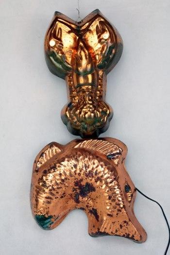 Assemblage moules en cuivre, en forme de poisson et d'homard. Détournement d'objets de cuisine, décoration populaire, upcycling, sculpture.