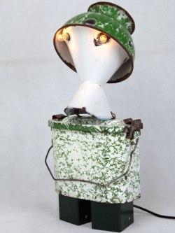 Sculpture robot émail. métal émaillé et peint. Composition: inhalateur, bol, gamelle. blanc et vert. upcycling, assemblageart, art récup