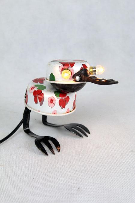 Sculpture oiseau. Assemblage: casseroles de dînette, coupe de sport, fourchette à dessert . blanc, noir, motif fleuri. Lampe récup, upcycling
