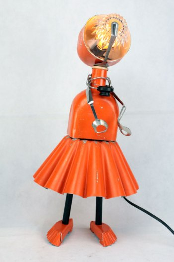 Sculpture. métal peint, aluminium, verre, inox, plastique. Assemblage d'objets de cuisine, de camping, orange. Lampe récup, upcycling, art