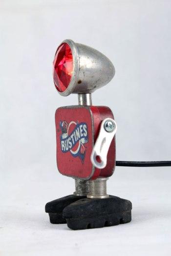 Sculpture robot vélo. métal peint, aluminium, verre, gomme. assemblage: optique de vélo, boite de rustine, freins. Aluminium et rouge. Art