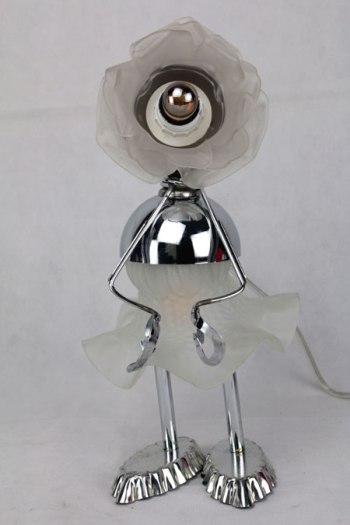 Sculpture assemblage d'objets. Verrerie opaline translucide en forme de fleur, coupe de sport, pince à escargot, moule à tartelette.