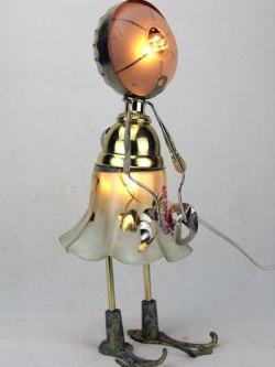Sculpture féminine objets en opaline. Assemblage verrerie en forme de fleur, coupelle de lustre, coupe de sport, poignées, pince à escargots.
