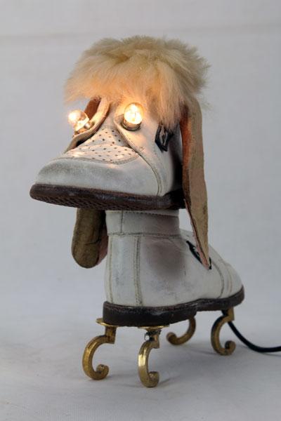 Sculpture chaussure chien. Assemblage d'une paire de chaussure bébé.
