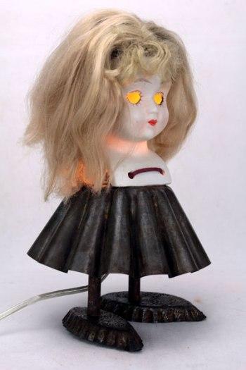 Poupée lumineuse porcelaine gâteau. Assemblage d'une tête de poupée en porcelaine sans yeux, moule à brioche, 2 petits moules en forme de barquette, lacet.