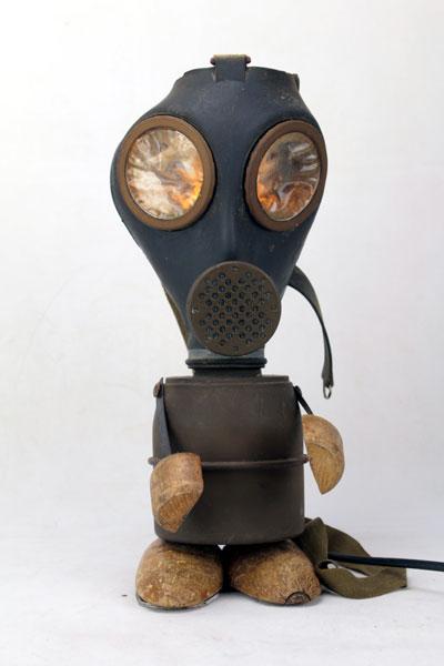 Sculpture masque à gaz de la seconde guerre.