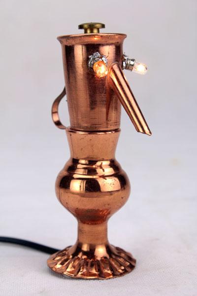 Sculpture miniature lumineuse en cuivre. Assemblage d'un broc et d'un pot miniature.
