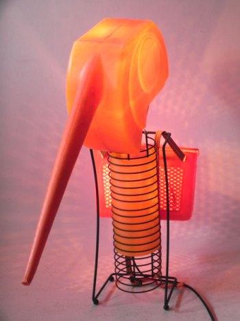 Sculpture insecte lumineux orange. Assemblage d'un arrosoir, un panier de pêche enfant et un porte cd. Orange et noir.