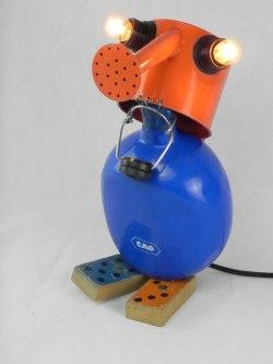 Assemblage arrosoir et gourde sur deux dominos anciens, orange et bleu. métal, bois peint plastique. Jeux, détournement, lampe