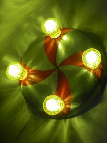 Macaron fête foraine applique, couvercle de gamelle en aluminium peinte en rouge, ampoules de fête foraine jaunes .